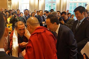 Перед возвращением в Индию Далай-лама выступил с обращением к участникам китайско-тибетской конференции