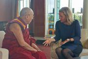 Беттина Хансен с немецкого телеканала ZDF берет интервью у Его Святейшества Далай-ламы. Гамбург, Германия. 23 августа 2014 г. Фото: Дежерми Рассел (офис ЕСДЛ)