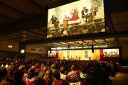 Вид на сцену гамбургского конгресс-холла, в котором на лекцию Его Святейшества Далай-ламы собрались более 7 тысяч человек. Гамбург, Германия. 23 августа 2014 г. Фото: Мануэль Бауэр