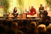 Его Святейшество Далай-лама отвечает на вопросы из зала во время послеполуденной лекции. Гамбург, Германия. 23 августа 2014 г. Фото: Мануэль Бауэр