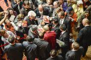 Его Святейшество Далай-лама раздает автографы своим почитателям в лобби гостиницы. Гамбург, Германия. 23 августа 2014 г. Фото: Мануэль Бауэр