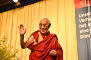 Его Святейшество Далай-лама прощается со слушателями после лекции. Гамбург, Германия. 23 августа 2014 г. Фото: Мануэль Бауэр
