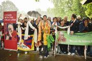 Несмотря на проливной дождь возле гостиницы, в которой остановился Его Святейшество Далай-лама, собрались его сторонники, чтобы приветствовать своего лидера. Гамбург, Германия. 23 августа 2014 г. Фото: Мануэль Бауэр