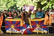 У гостиницы собрались сторонники Далай-ламы, чтобы приветствовать Его Святейшество. Гамбург, Германия. 24 августа 2014 г. Фото: Мануэль Бауэр.