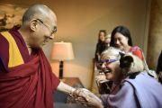 Его Святейшество Далай-лама здоровается со своими почитателями в гостинице по дороге конгресс-холл, где в течение трех дней он будет даровать буддийские учения. Гамбург, Германия. 24 августа 2014 г. Фото: Мануэль Бауэр.