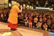 Его Святейшество Далай-лама приветствует слушателей в начале первого дня учений. Гамбург, Германия. 24 августа 2014 г. Фото: Мануэль Бауэр.