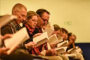 Люди, собравшиеся с зале, читают молитвы в начале первого дня учений Его Святейшества Далай-ламы. Гамбург, Германия. 24 августа 2014 г. Фото: Мануэль Бауэр.
