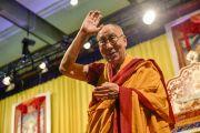 Его Святейшество Далай-лама прощается с аудиторией в конце первого дня учений. Гамбург, Германия. 24 августа 2014 г. Фото: Мануэль Бауэр.