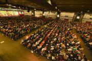 Вид на зал, где в первый день учений Его Святейшества Далай-ламы собрались более семи тысяч человек. Гамбург, Германия. 24 августа 2014 г. Фото: Мануэль Бауэр.