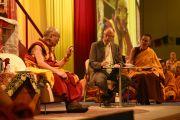 Его Святейшество Далай-лама и два переводчика на немецкий во время второй сессии первого дня учений. Гамбург, Германия. 24 августа 2014 г. Фото: Мануэль Бауэр.