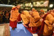 Его Святейшество Далай-лама поднимается на сцену в начале второго дня учений. Гамбург, Германия. 25 августа 2014 г. Фото: Мануэль Бауэр.
