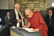 Его Святейшество Далай-лама оставляет запись в книге гостей в музее этнологии. Гамбург, Германия. 25 августа 2014 г. Фото: Мануэль Бауэр.