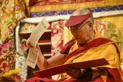 Его Святейшество Далай-лама читает из тибетского текста на второй сессии второго дня учений. Гамбург, Германия. 25 августа 2014 г. Фото: Мануэль Бауэр.
