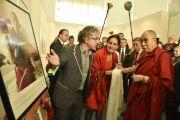 """Его Святейшество Далай-лама осматривает выставку в музее этнологии, посвященную тибетским кочевникам, """"Тибет - разрушение древней цивилизации"""". Гамбург, Германия. 25 августа 2014 г. Фото: Мануэль Бауэр."""