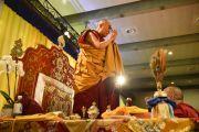 Его Святейшество Далай-лама приветствует аудиторию перед началом посвящения Авалокитешвары. Гамбург, Германия. 26 августа 2014 г. Фото: Мануэль Бауэр.