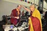 Перед посвящением Авалокитешвары Его Святейшество Далай-лама шутит с одним из технических специалистов, работающих в конгресс-центре. Гамбург, Германия. 26 августа 2014 г. Фото: Мануэль Бауэр.