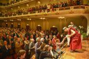 Его Святейшество Далай-лама пожимает руки участниками встречи с тибетцами, живущими в Германии, и членами гамбургской группы поддержки Тибета. Гамбург, Германия. 26 августа 2014 г. Фото: Мануэль Бауэр.