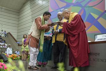 Далай-лама посетил церемонию вручения дипломов в Институте общественных наук им. Таты в Мумбаи