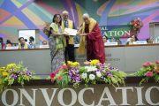 Его Святейшество Далай-лама вручает дипломы первой группе выпускников, защитившихся на степень магистра права в Институте общественных наук им. Таты. Мумбаи, Индия. 17 сентября 2014 г. Фото: Тензин Чойджор (офис ЕСДЛ)