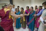 Его Святейшество Далай-лама приветствует своих почитателей во время посещения Института общественных наук им. Таты. Мумбаи, Индия. 17 сентября 2014 г. Фото: Тензин Чойджор (офис ЕСДЛ)