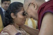 Его Святейшество Далай-лама с одной из гостей церемонии вручения дипломов в Институте общественных наук им. Таты. Мумбаи, Индия. 17 сентября 2014 г. Фото: Тензин Чойджор (офис ЕСДЛ)