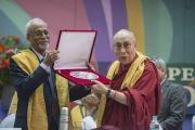 Директор профессор С. Парасураман вручает Во время выступления Его Святейшеству Далай-ламе памятный подарок на церемонии в Институте общественных наук им. Таты. Мумбаи, Индия. 17 сентября 2014 г. Фото: Тензин Чойджор (офис ЕСДЛ)