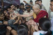 Его Святейшество Далай-лама пожимает руки своим почитателям, уезжая из Института общественных наук им. Таты. Мумбаи, Индия. 17 сентября 2014 г. Фото: Тензин Чойджор (офис ЕСДЛ)