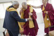 Его Святейшество Далай-лама перед началом церемонии вручения дипломов в Институте общественных наук им. Таты. Мумбаи, Индия. 17 сентября 2014 г. Фото: Тензин Чойджор (офис ЕСДЛ)