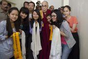 Его Святейшество Далай-лама фотографируется на память с группой тибетцев, живущих в Мумбаи, во время посещения Института общественных наук им. Таты. Мумбаи, Индия. 17 сентября 2014 г. Фото: Тензин Чойджор (офис ЕСДЛ)