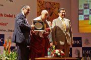 Его Святейшеству Далай-лама вручили памятный подарок в честь 108-летия со дня основания Индийской палаты предпринимателей и ее женского отделения. Мумбаи, Индия. 18 сентября 2014 г. Фото: Джереми Рассел (офис ЕСДЛ)