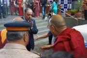 Президент Индийской торговой палаты встречает Его Святейшество Далай-ламу перед началом празднования 108-летия со дня основания Индийской палаты предпринимателей и ее женского отделения. Мумбаи, Индия. 18 сентября 2014 г. Фото: Джереми Рассел (офис ЕСДЛ)