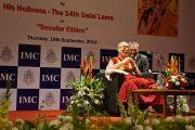 Его Святейшество Далай-лама на праздновании 108-летия со дня основания Индийской палаты предпринимателей и ее женского отделения. Мумбаи, Индия. 18 сентября 2014 г. Фото: Джереми Рассел (офис ЕСДЛ)