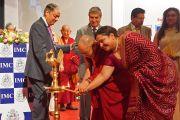 Его Святейшество Далай-лама зажигает светильник в ознаменование начала празднования 108-летия со дня основания Индийской палаты предпринимателей и ее женского отделения. Мумбаи, Индия. 18 сентября 2014 г. Фото: Джереми Рассел (офис ЕСДЛ)