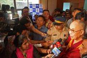 Его Святейшество Далай-лама отвечает на вопросы журналистов после своего выступления на праздновании 108-летия со дня основания Индийской палаты предпринимателей и ее женского отделения. Мумбаи, Индия. 18 сентября 2014 г. Фото: Джереми Рассел (офис ЕСДЛ)