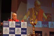 Его Святейшество Далай-лама выступает на праздновании 108-летия со дня основания Индийской палаты предпринимателей и ее женского отделения. Мумбаи, Индия. 18 сентября 2014 г. Фото: Джереми Рассел (офис ЕСДЛ)