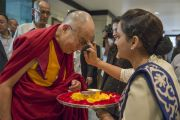 Его Святейшество Далай-ламу приветствуют перед началом межрелигиозной встречи. Дели, Индия. 20 сентября 2014 г. Фото: Тензин Чойджор (офис ЕСДЛ)