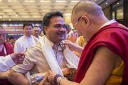 Его Святейшество Далай-лама вручает подарок Махешу А. Деокару, одному из делегатов встречи представителей разных духовных традиций. Дели, Индия. 20 сентября 2014 г. Фото: Тензин Чойджор (офис ЕСДЛ)