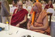 """Его Святейшество Далай-лама и Свами Авимуктешварананд Сарасвати перед началом первой пленарной сессии """"Взаимопонимание между представителями разных религий и общечеловеческие ценности"""" в первый день двухдневной межрелигиозной встречи Дели, Индия. 20 сентября 2014 г. Фото: Тензин Чойджор (офис ЕСДЛ)"""