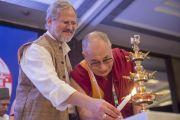 Вице-губернатор Дели и Его Святейшество Далай-лама зажигают светильник в ознаменование начала встречи представителей разных духовных традиций. Дели, Индия. 20 сентября 2014 г. Фото: Тензин Чойджор (офис ЕСДЛ)