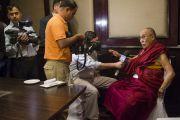 Его Святейшество Далай-лама отвечает на вопросы журналистов во время обеденного перерыва в первый день двухдневной встречи представителей разных духовных традиций. Дели, Индия. 20 сентября 2014 г. Фото: Тензин Чойджор (офис ЕСДЛ)