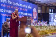 Его Святейшество Далай-лама выступает с вступительным словом на созванной им встрече представителей разных духовных традиций. Дели, Индия. 20 сентября 2014 г. Фото: Тензин Чойджор (офис ЕСДЛ)