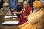 Его Святейшество Далай-лама беседует с Маулана Вахидуддин Ханом и Шейхул Машейх Сиед Заинул Абедин Али Ханом во время обеденного перерыва в первый день двухдневной встречи представителей разных духовных традиций. Дели, Индия. 20 сентября 2014 г. Фото: Тензин Чойджор (офис ЕСДЛ)