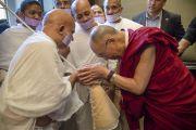 Его Святейшество Далай-лама и ачарья Шри Махашараман перед началом встречи представителей разных духовных традиций. Дели, Индия. 20 сентября 2014 г. Фото: Тензин Чойджор (офис ЕСДЛ)