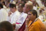 Свамини Атмапроджнананда Сарасвати слушает доклад на первой пленарной сессии в первый день двухдневной межрелигиозной встречи, проходящей по инициативе Его Святейшества Далай-ламы. Дели, Индия. 20 сентября 2014 г. Фото: Тензин Чойджор (офис ЕСДЛ)