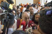 Его Святейшество Далай-лама общается с журналистами в первый день созванной им двухдневной межрелигиозной встречи. Дели, Индия. 20 сентября 2014 г. Фото: Тензин Чойджор (офис ЕСДЛ)