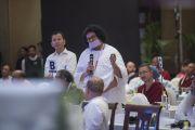 Ачарья Локеш Муни задает вопрос во время второго пленарного заседания межрелигиозной встречи, проводившейся по инициативе Его Святейшества Далай-ламы. Дели, Индия. 21 сентября 2014 г. Фото: Тензин Чойджор (офис ЕСДЛ)