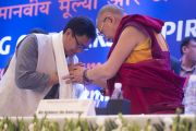 Его Святейшество Далай-лама и министр внутренних дел Индии Кирен Риджиджу на церемонии закрытия межрелигиозной встречи, проходившей в Дели по инициативе Далай-ламы. Дели, Индия. 21 сентября 2014 г. Фото: Тензин Чойджор (офис ЕСДЛ)