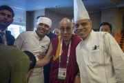 Его Святейшество Далай-лама с поварами гостиницы Хаят, где проходила встреча представителей разных духовных традиций. Дели, Индия. 21 сентября 2014 г. Фото: Тензин Чойджор (офис ЕСДЛ)