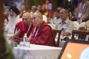 Профессор Самдонг Ринпоче переводит с хинди на тибетский для Его Святейшества Далай-ламы во время второго пленарного заседания межрелигиозной встречи. Дели, Индия. 21 сентября 2014 г. Фото: Тензин Чойджор (офис ЕСДЛ)