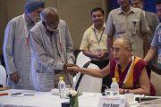 Его Святейшество Далай-лама во время заседания одной из рабочих групп на межрелигиозной встрече, проходившей в Дели по его инициативе. Дели, Индия. 21 сентября 2014 г. Фото: Тензин Чойджор (офис ЕСДЛ)
